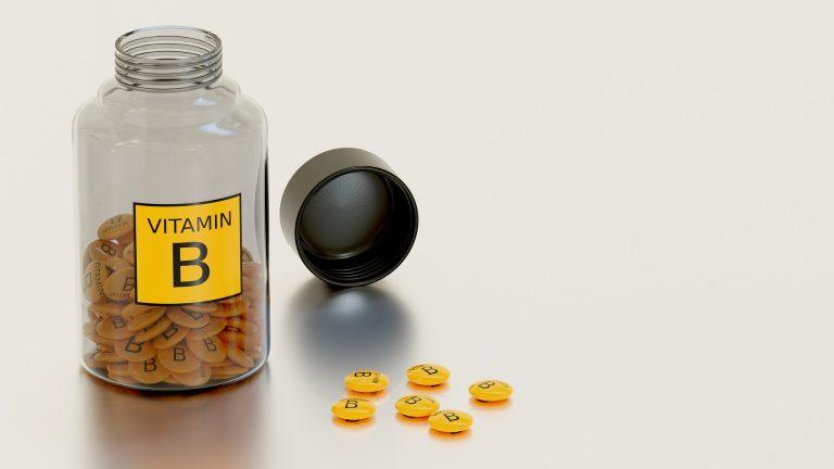Frasco com cápsulas de vitamina B.
