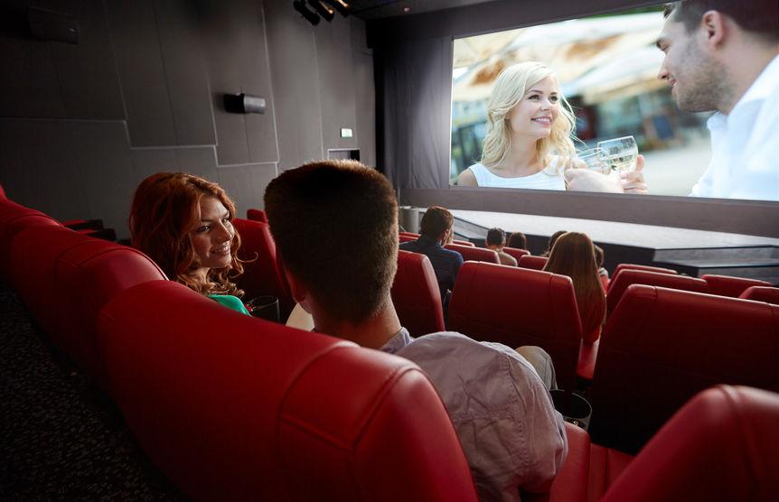 pareja en cine viendo película