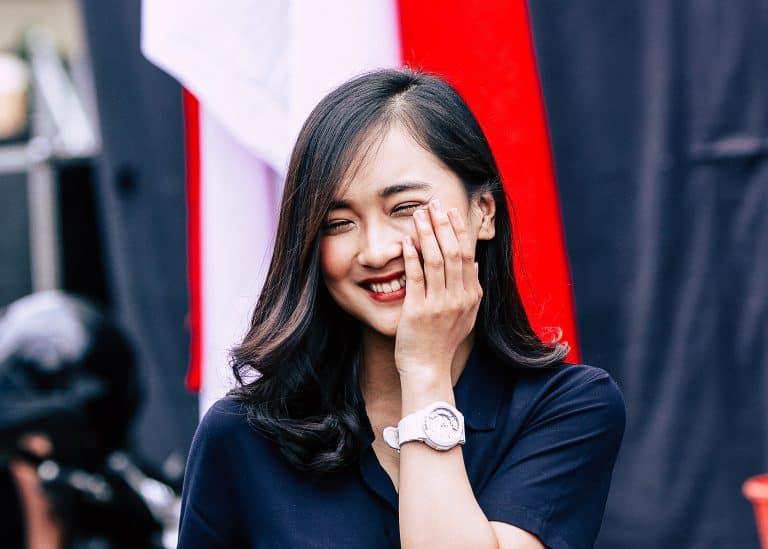 Mujer asiática sonriendo