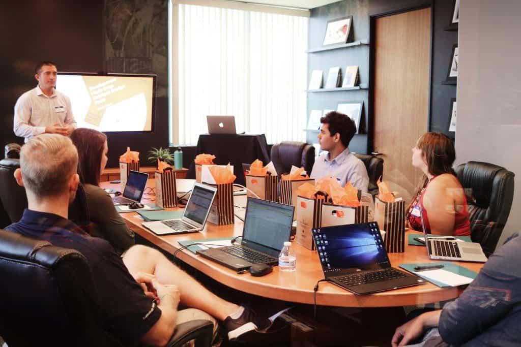 Imagem de um grupo de pessoas em reunião.