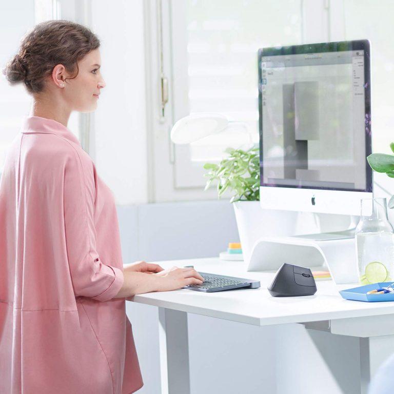 Mulher usando computador com mouse.