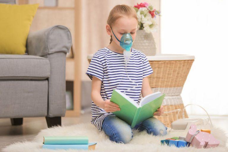 Niña en terapia de nebulizador