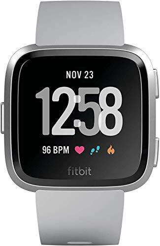 Fitbit Versa con Rilevazione del Battito Cardiaco, oltre 4 Giorni di Autonomia della Batteria, Resistente All'acqua, Grigio