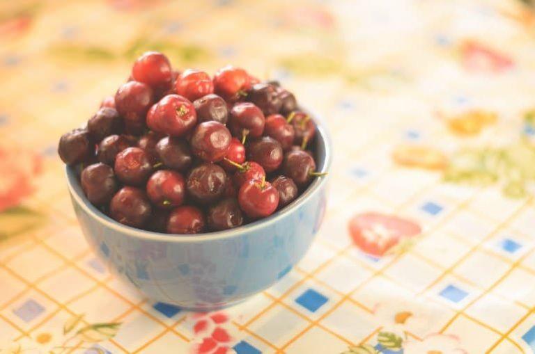 Kirschähnliche Früchte in Schüssel auf Tisch