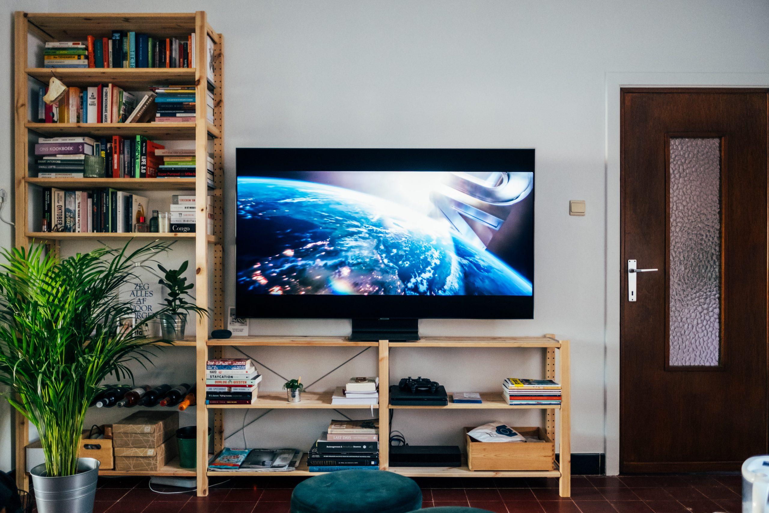 Imagen de smart tv sobre mueble de madera